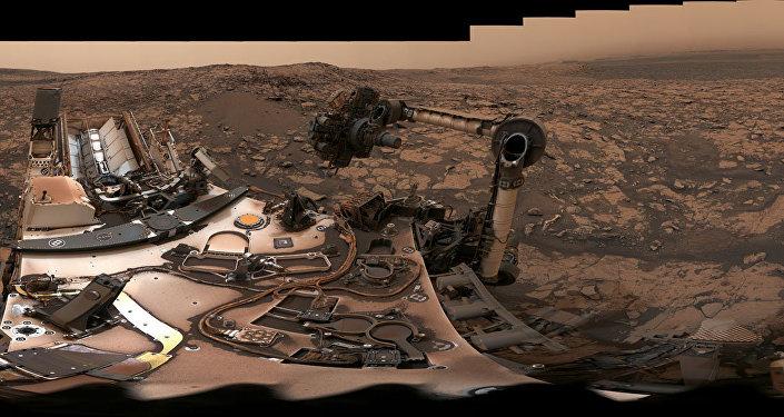 Imagem de 360 graus da paisagem poeirenta de Marte captada pelo rover Curiosity da NASA na cordilheira Vera Rubin, 9 de agosto de 2018