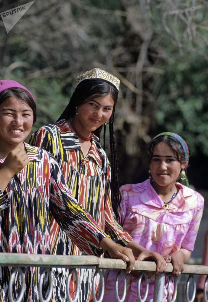Moças do Tajiquistão em roupas tradicionais