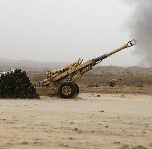 Armas de fogo de artilharia do exército saudita em direção às posições houthis da fronteira saudita com o Iêmen.