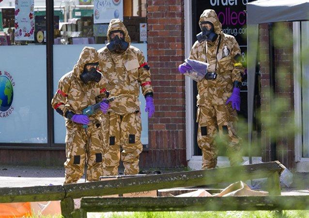 Militares limpando os pontos relacionados ao envenenamento de Skripal em Salisbury.