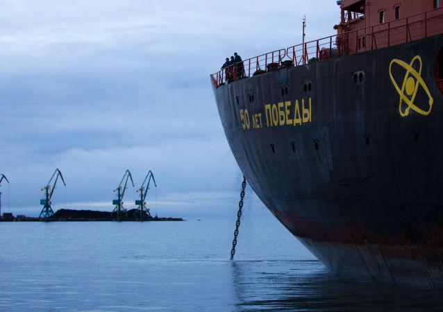 Guebra-gelo nuclear russo acompanhando petroleiro Baltika ao longo da Rota Marítima do Norte