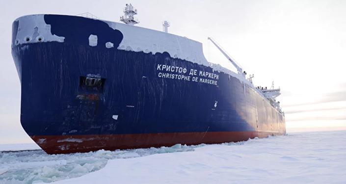 Navio petroleiro russo de gás natural líquido, Christophe de Margerie, percorrendo a Rota Marítima do Norte (imagem referencial)