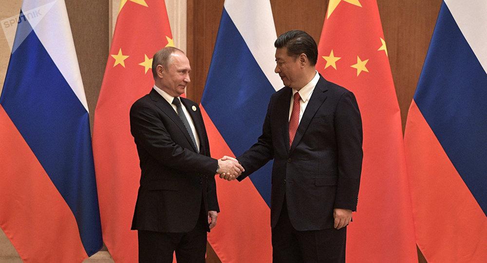 O presidente russo Vladimir Putin e o presidente da China Xi Jinping durante as negociações russo-chinesas no âmbito do fórum internacional Um Cinturão e uma Rota
