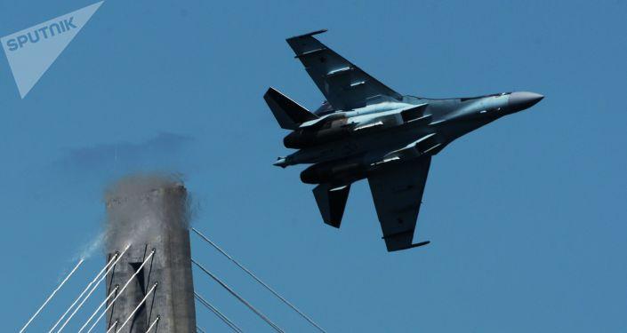 Caça Su-35S em Vladivostok durante voo de treinamento