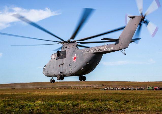 Helicóptero da Força Aeroespacial russa se preparando para participar das manobras Vostok 2018