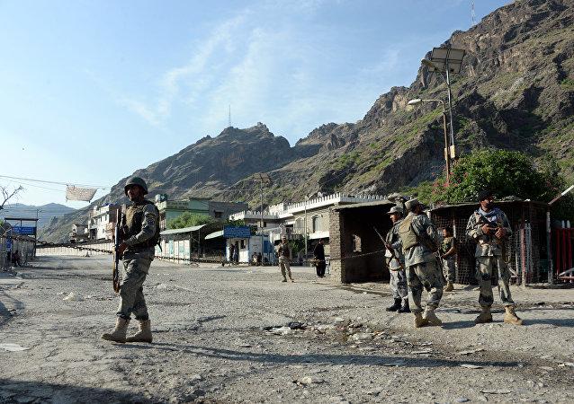 Polícia fronteiriça afegã em guarda perto da passagem de Torkham entre Afeganistão e Paquistão, na província de Nangarhar, em 12 de maio de 2016
