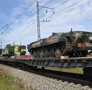 Trens com militares e equipamentos do exército da China que participarão nas manobras Vostok 2018