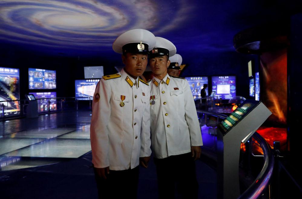 Marinheiros da Coreia da Norte após uma visita ao Museu de História Natural em Pyongyang