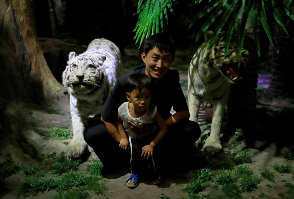 Visitante posa com seu filho no Museu de História Natural em Pyongyang