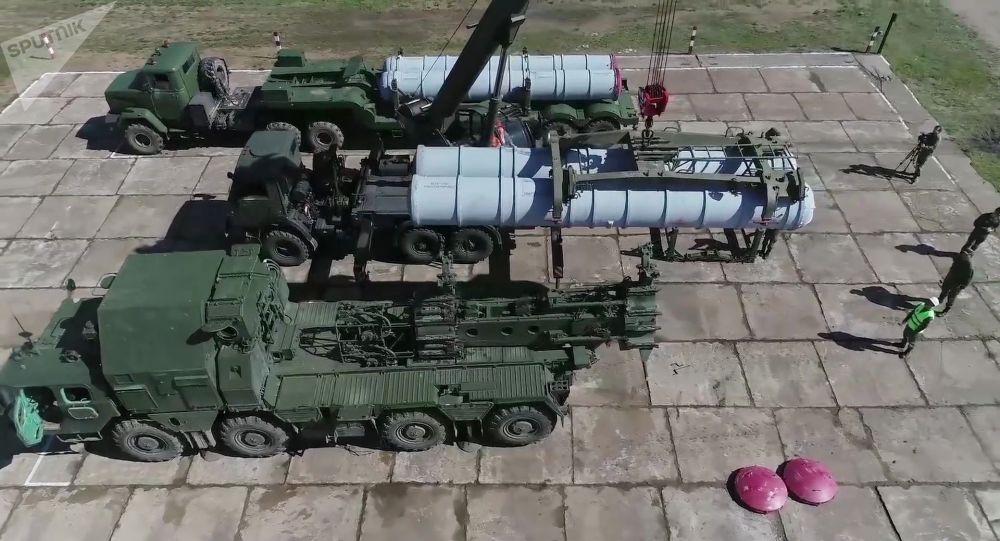 Carregamento do lançador do sistema de defesa antiaérea S-300 no âmbito das manobras Vostok 2018