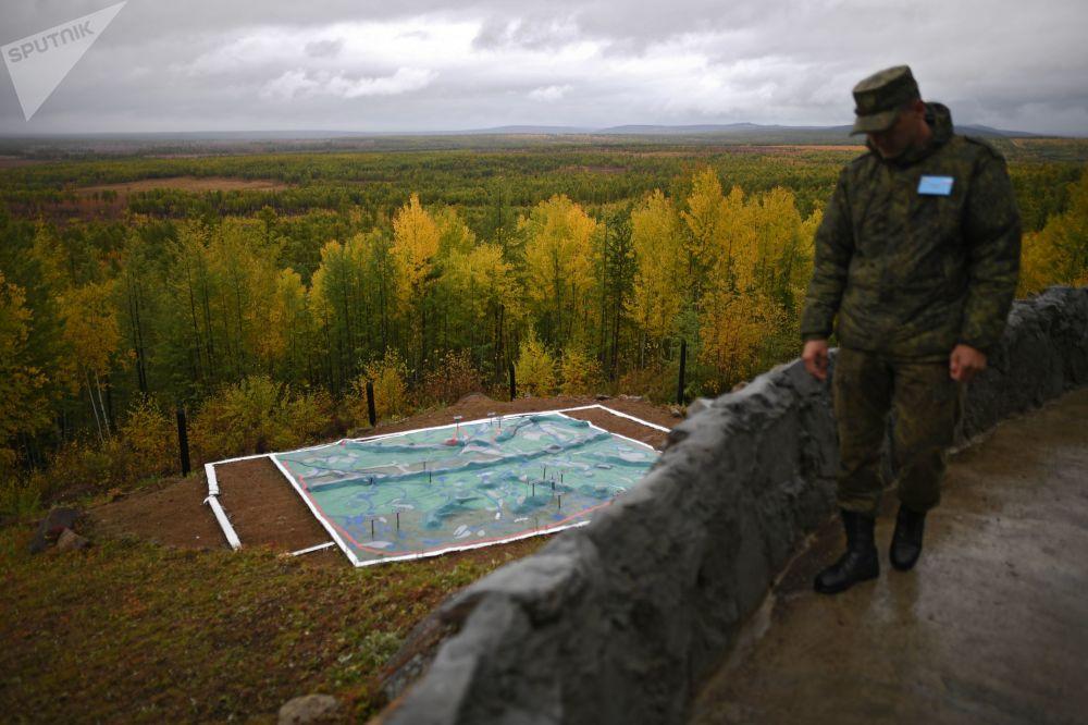 Militar na área de observação no polígono de Telemba, na região russa de Buriátia