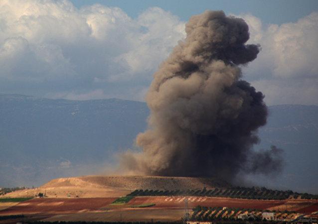 Fumaça subindo perto da povoação Kafr Ain, na Síria, depois de um ataque aéreo em 7 de setembro de 2018