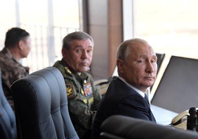 O presidente russo, Vladimir Putin, durante as manobras militares Vostok-2018 ao lado de oficiais de exército russo.
