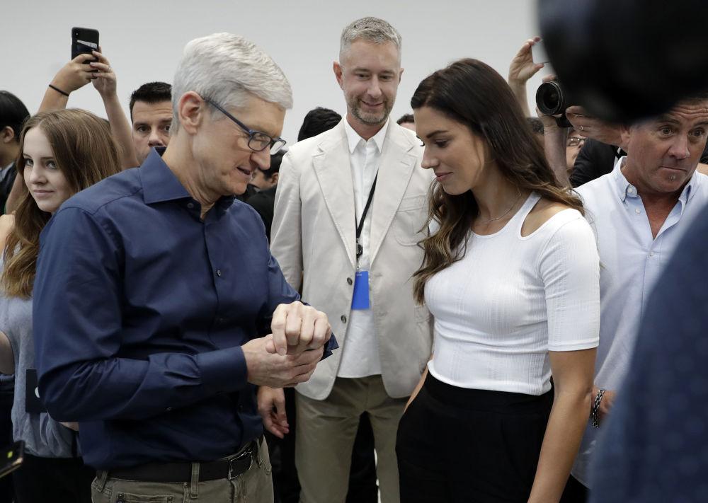 Tim Cook e jogadora de futebol norte-americana, Alex Morgan, falam sobre novo Apple Watch 4