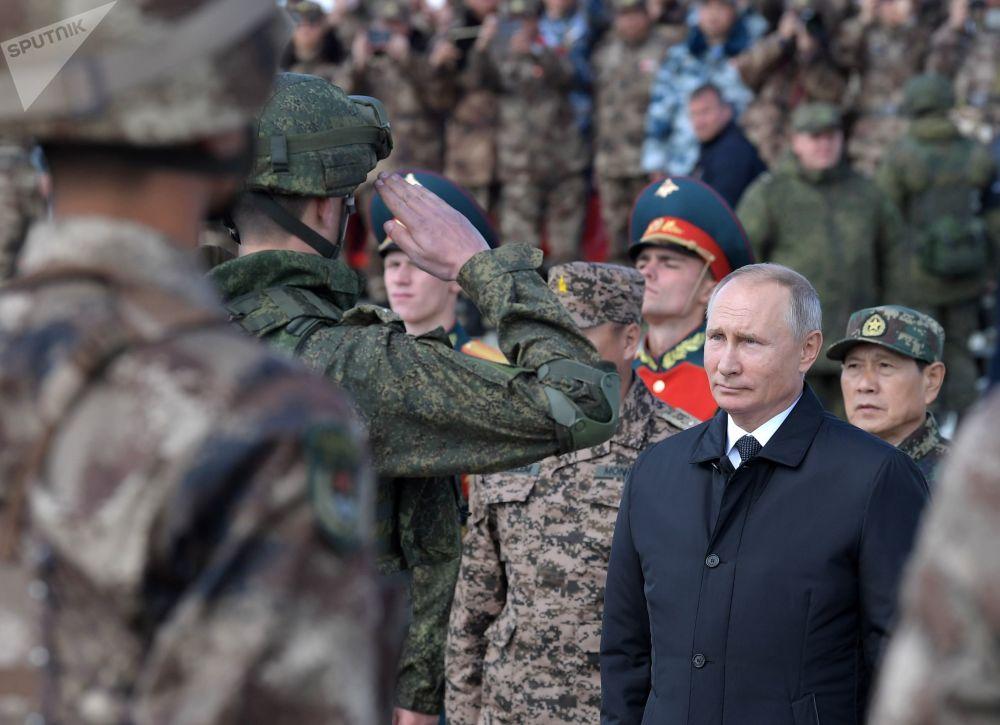 Vladimir Putin saúda militares depois do encerramento da etapa principal das manobras militares Vostok 2018, que contou com participação de russos, mongóis e chineses