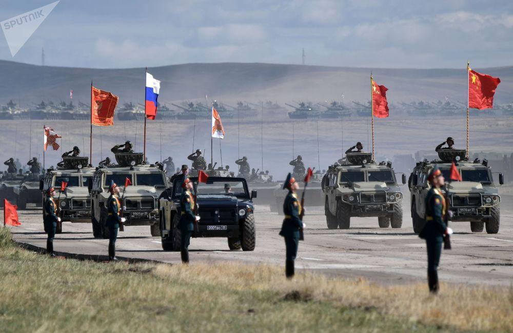 Desfile do equipamento militar que participou da etapa principal das manobras militares Vostok 2018