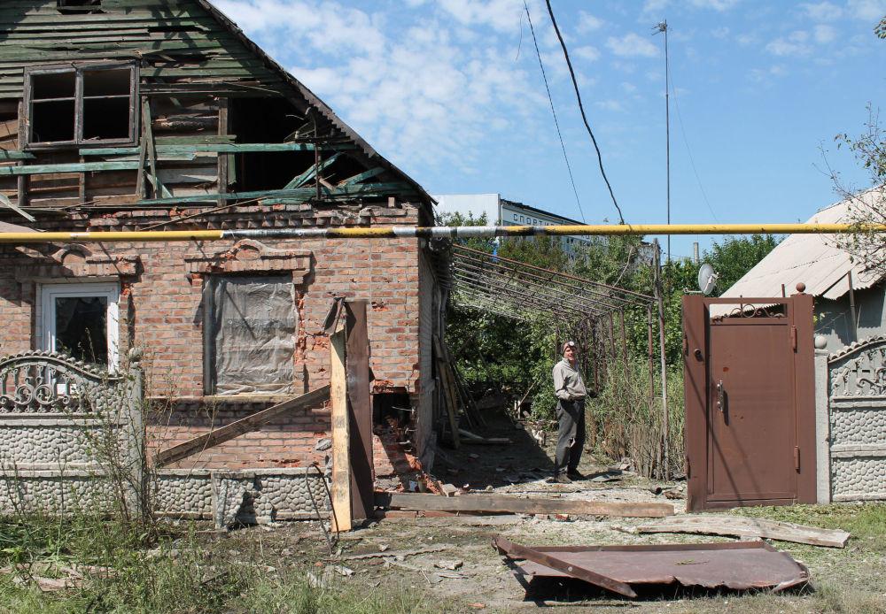 Casa privada destruída por ataque das tropas ucranianas em Donetsk