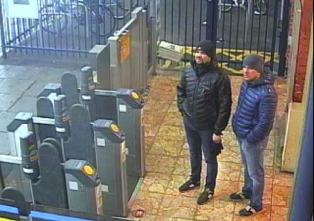 Foto de Ruslan Boshirov e Aleksandr Petrov, acusados por Londres de terem envenenado os Skripal, na estação de trem de Salisbury