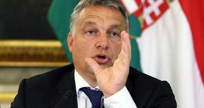 O primeiro-ministro húngaro, Viktor Orban, fala à mídia.