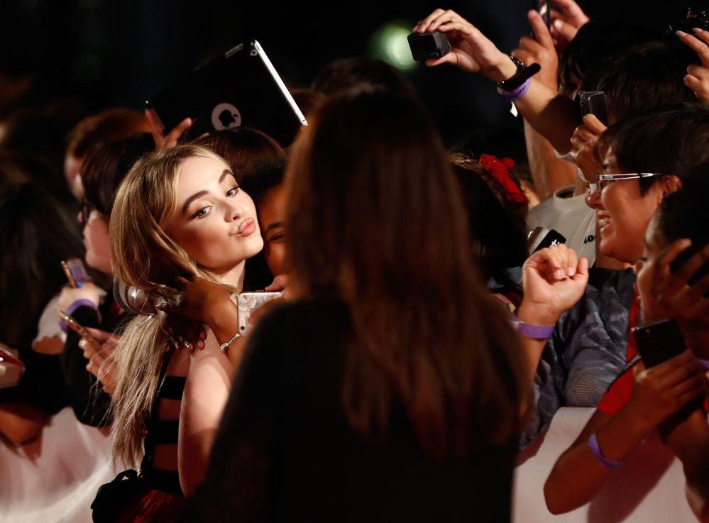 Atriz Sabrina Carpenter cumprimenta fãs na estreia do filme The Hate U Give, no festival de cinema internacional de Toronto, Canadá, 7 de setembro de 2018