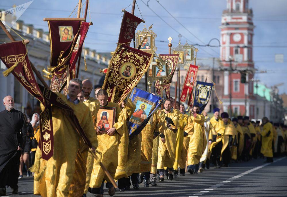 Sacerdotes durante a procissão em homenagem ao dia da transferência das relíquias do Santo Príncipe Aleksandr Nevsky