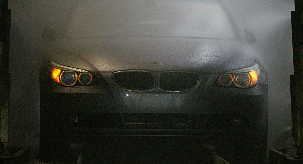 Carro BMW Série 5 é lavado durante montagem na fábrica da Avtotor em Kaliningrado, Rússia, em 30 de março de 2004 (imagem de arquivo)