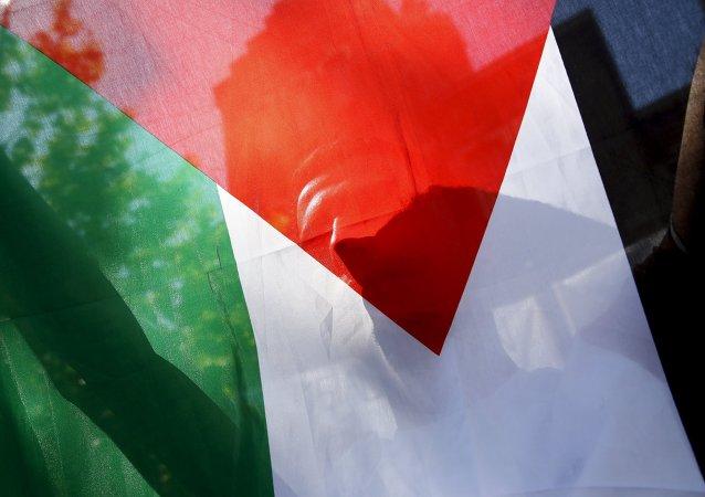 Um refugiado palestino segura a bandeira da Palestina durante um protesto em Madri, Espanha (arquivo)