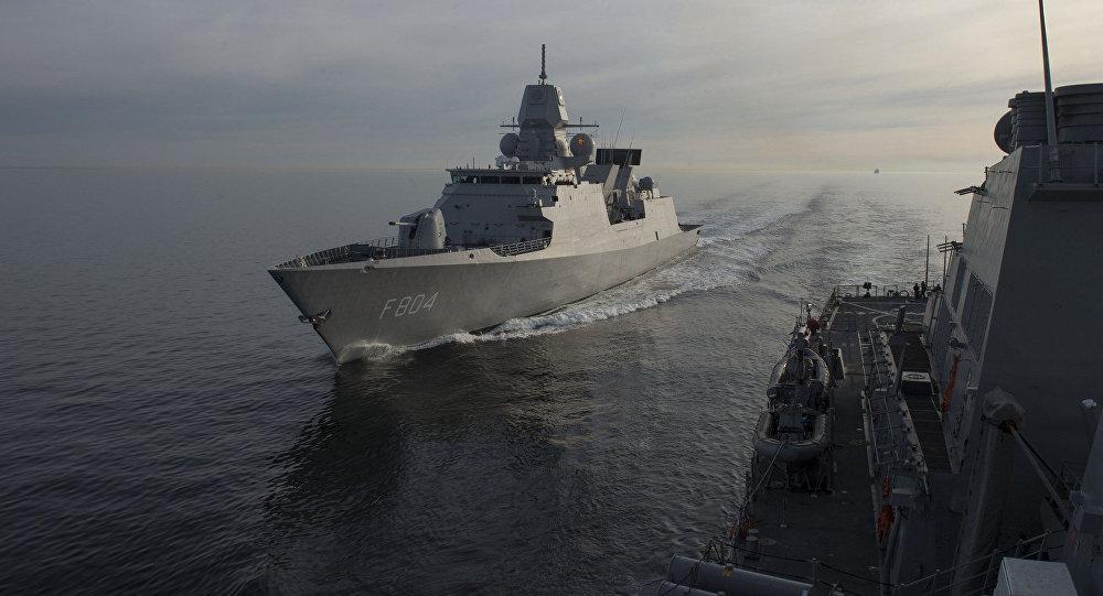 Fragata da Marinha holandesa HNLMS De Ruyter e destróier USS Carney dos EUA durante manobras Joint Warrior (foto de arquivo)
