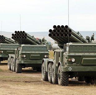 Lançadores múltiplos de foguetes russos Uragan no polígono de Tsugol, região de Transbaikal, durante as manobras Vostok 2018