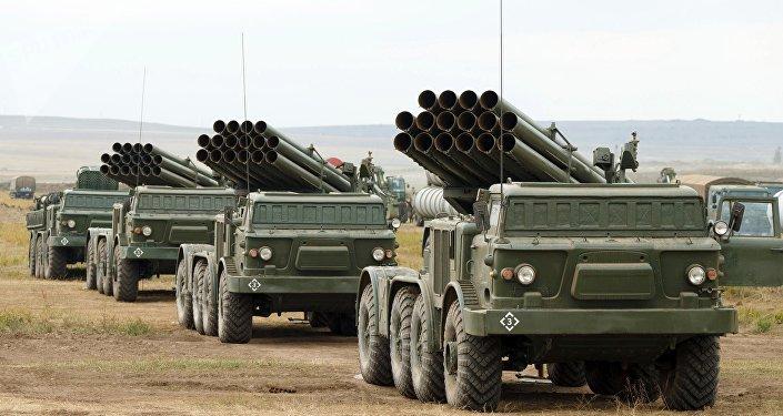 Lançadores múltiplos de foguetes russos Uragan no polígono de Tsugol (imagem referencial)