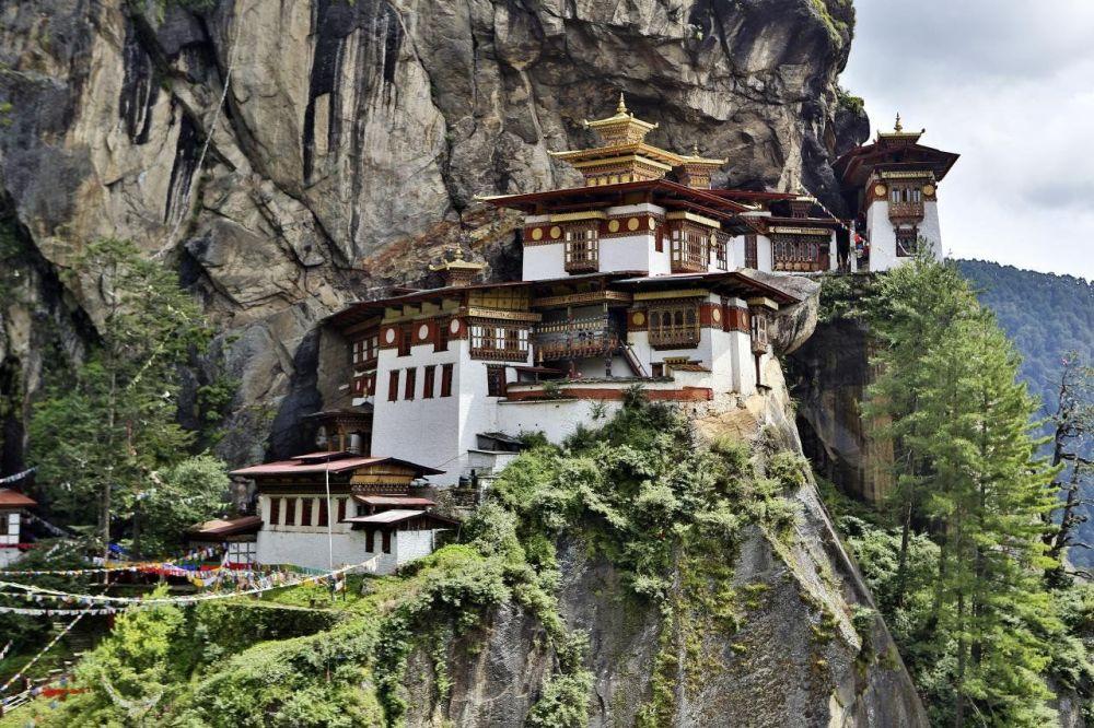 Mosteiro de Taktsang é um local sagrado famoso e complexo de templos budistas do Himalaia, localizado a beira do abismo em Paro, Butão