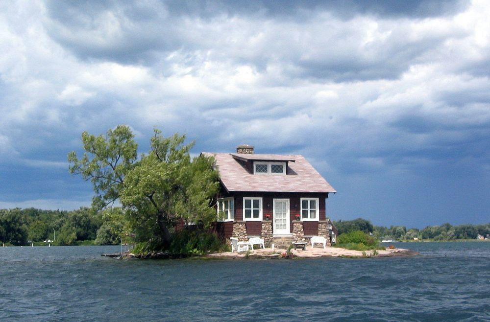 A menor ilha habitada do mundo, batizada de Just Enough Room Island (Um quarto é o suficiente, em português),  localiza-se em Alexandria Bay, Nova York