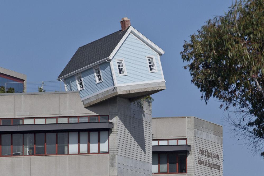 Fallen Star house é teoricamente uma casa residencial criada pelo artista sul-coreano Do Ho Suh, localizada na Califórnia (EUA)