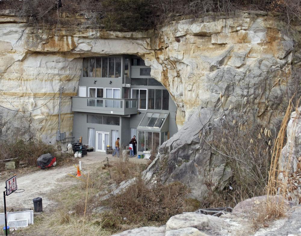O edifício residencial, com uma área de 1.400 metros quadrados, foi construído em uma rocha de arenito perto da cidade de Festus, no estado norte-americano de Missouri