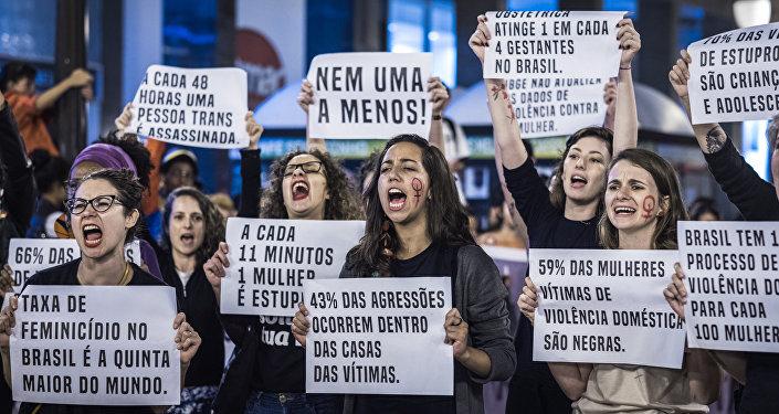 Ativistas realizam ato em luta por igualdade em Curitiba, no Dia Internacional da Mulher