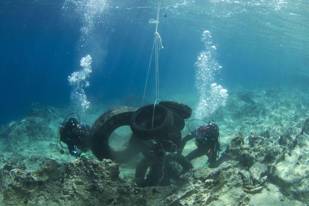 Mergulhadores emergem pneus do fundo do golfo Sarônico