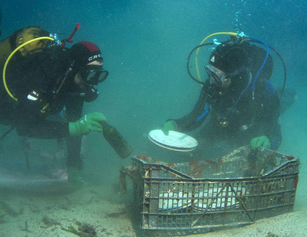 Mergulhadores levantam pratos e garrafas encontrados no fundo do golfo Sarônico perto de Atenas