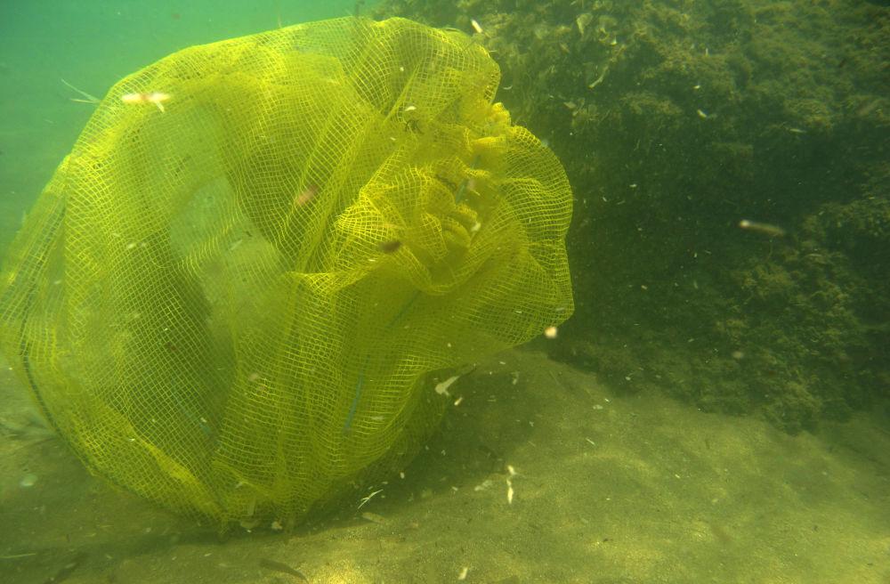 Resíduos de plástico poluem as águas próximas à ilha grega de Rodes