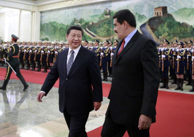 O presidente da Venezuela com o seu homólogo chinês, Xi Jinping, durante o encontro em Pequim
