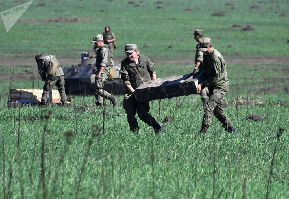 Militares durante exercício da artilharia tática no campo de treinamento de Molkino, em Krasnodar