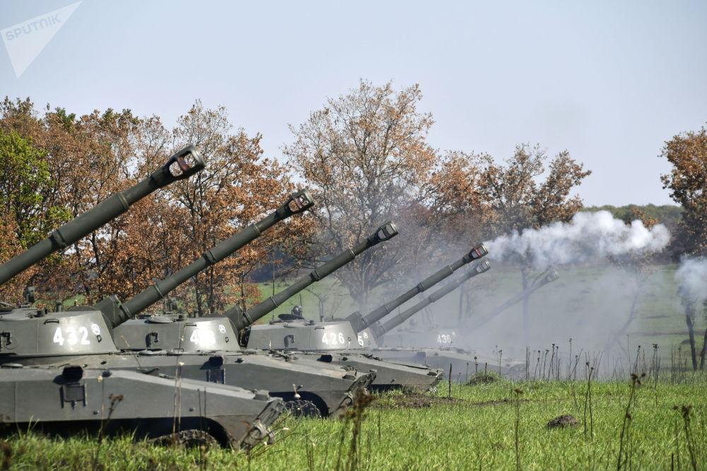 Tanque Gvozdika durante exercício da artilharia tática no campo de treinamento de Molkino, em Krasnodar