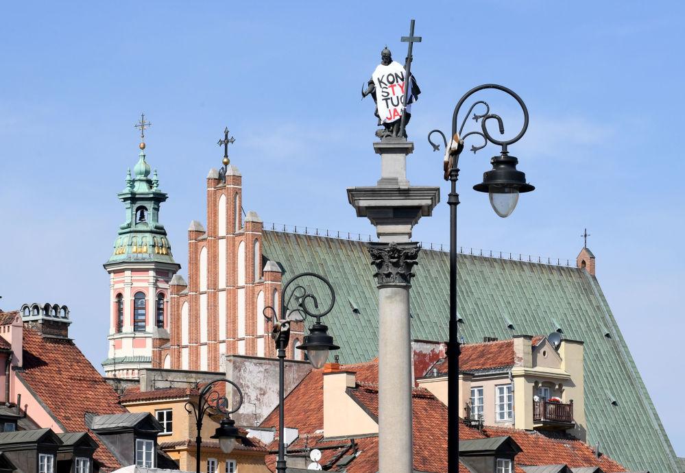 Monumento a Sigismundo III Vasa da Polônia em Varsóvia, coberta com pano e inscrição Constituição pelos oponentes da reforma judicial no país
