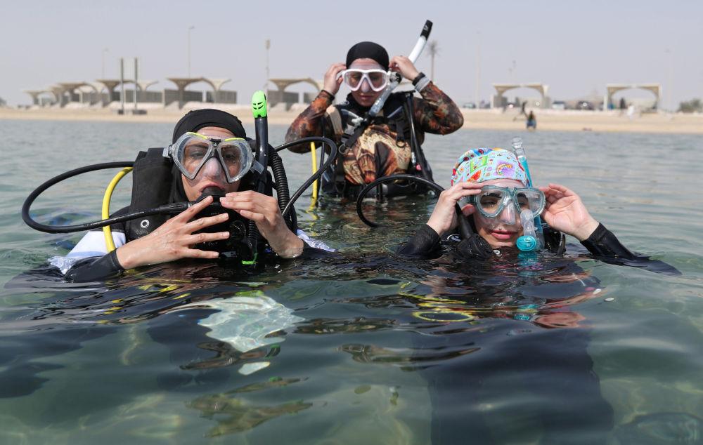 Mergulhadoras sauditas se preparam para descer às profundezas marítimas em Dhahran, na Arábia Saudita