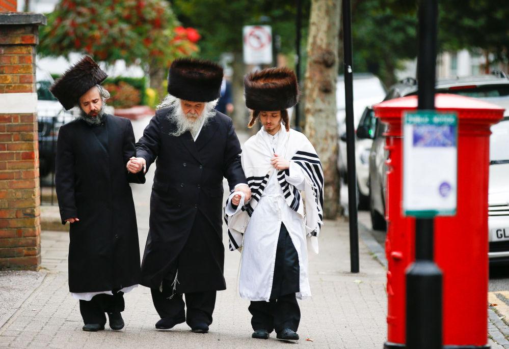 Judeus ortodoxos durante a festa de Yom Kippur, na cidade de Londres