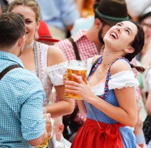 Visitantes da cerimônia de abertura do festival de cerveja Oktoberfest, em Munique, na Alemanha, em 22 de setembro de 2018