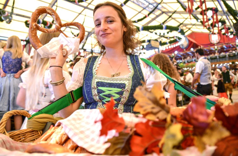 Garçonete distribui bretzels durante a cerimônia de abertura do festival de cerveja Oktoberfest, em Munique, na Alemanha, em 22 de setembro de 2018