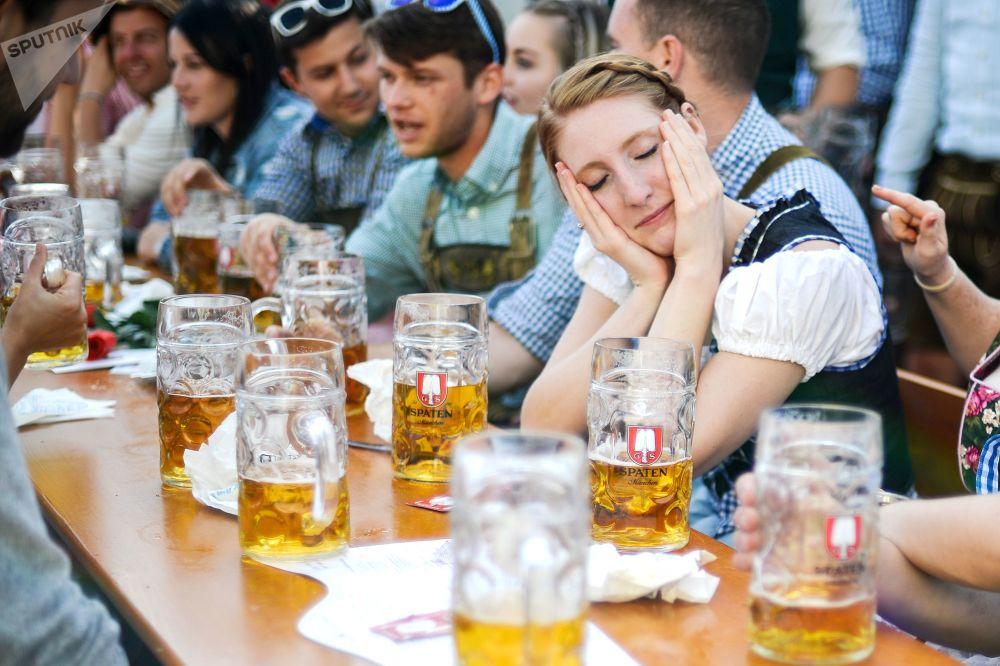 Visitantes na cerimônia de abertura do festival de cerveja Oktoberfest, em Munique, na Alemanha, em 22 de setembro de 2018