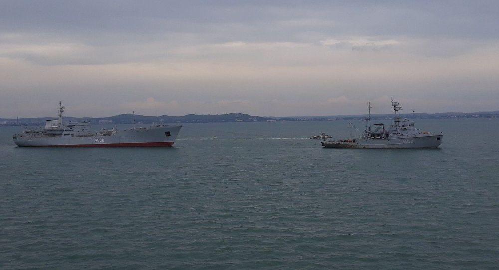 Navios da Marinha ucraniana passam pelo estreito de Kerch (foto de arquivo)