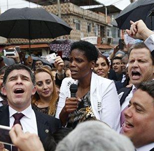 Advogada Valéria Lúcia dos Santos fala durante ato em Duque de Caxias.