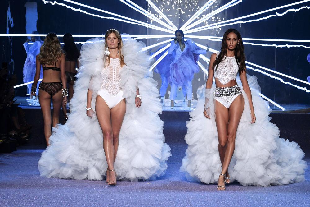 Mulheres demonstram roupa íntima branca da nova coleção da marca francesa Etam